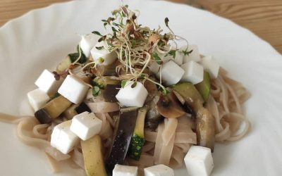 Wegański makaron z warzywami i serem